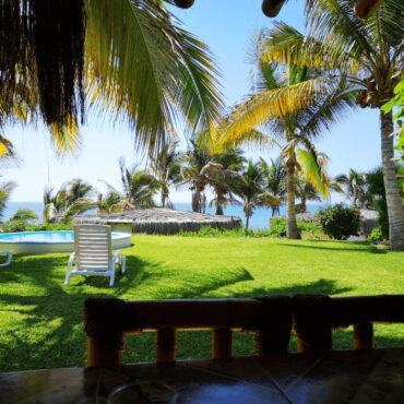 Vista patio de casa de playa en Máncora